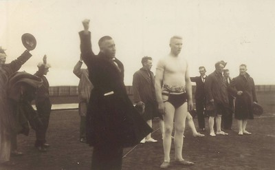 Íslandsglíman 21.júní 1931. Glímukóngurinn Sigurður Thor hylltur, Benedikt G. Waage stjórnar.