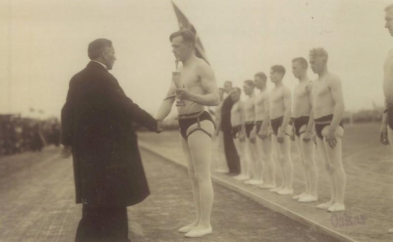 Íslandsglíma 1936, Benedikt G. Waage afhendir Ágústi Kristjánssyni Stefnuhornið.