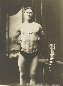 Sigurjón P. með belti, bikar og skjöld 1910.  Íslandsglíma 1930, konungur heilsar glímuköppum.