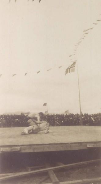 Glíman um Grettisbeltið 17.júní 1919 í Reykjavík. Bjarni fellur fyrir Sigurjóni.