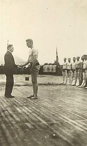 Íslandsglíma 1930 á Þingvöllum, Benedikt G. Waage afhendir Sigurði Thorarensen Grettisbeltið.