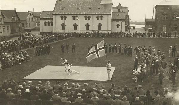 Glímusýning Ármanns á Austurvelli 15.júlí 1928. Jörgen Þorgergsson tekur bragð.