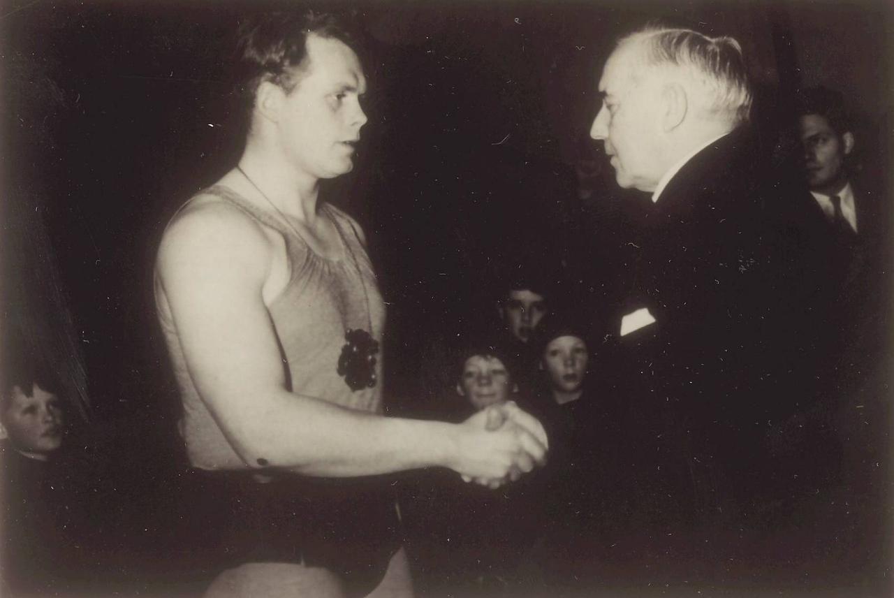 Skjaldarglíma A 1958, Benedikt G. Waage afhendir Ármanni J. Lárussyni skjöldinn.