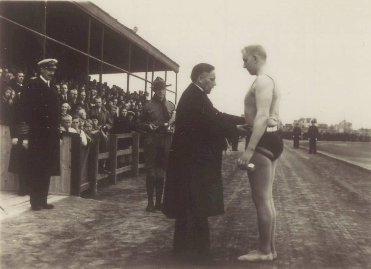 Íslandsglíman 1936, Benedikt G. Waage afhendir Sigurði Thor Grettisbeltið 1936. Kristján X horfir á.