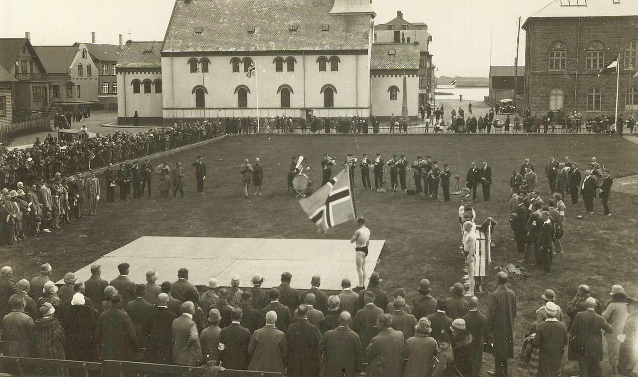 Glímusýning Ármanns á Austurvelli 15.júlí 1928. Fánaberi er Jóhann Þorláksson.