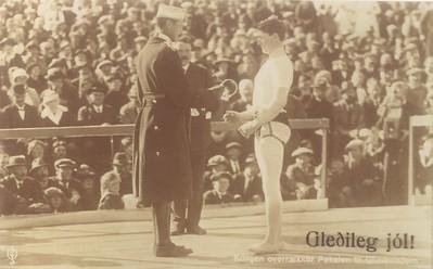 Konungsglíman 1921, Kristján X afhendi Guðmundi K. Guðmundssyni konungsbikarinn. Axel V. Tuliníus forseti ÍSÍ í bakrunni.