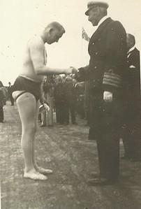 Glíma 1936, Kristján konungur X afhendir Sigurði Thorarensen bikar að lokinni Íslandsglímu 1930 á Þingvöllum.