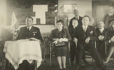 Vígður golfskáli á Öskjuhlíð, Reykjavík. Krónprins Friðrik, Hermann Jónasson forsætisráðherra og kona hans, að baki Benedikt G. Waage.