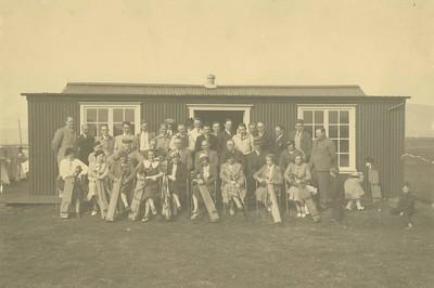 Golfmenn og konur fyrir utan golfskála í kringum 1940.
