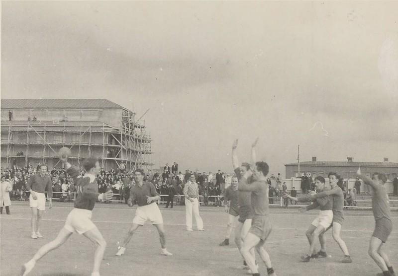 Landsleikur við Dani í handknattleik á Melavelli 1948. Danir ( í hvítum buxum) í sókn.