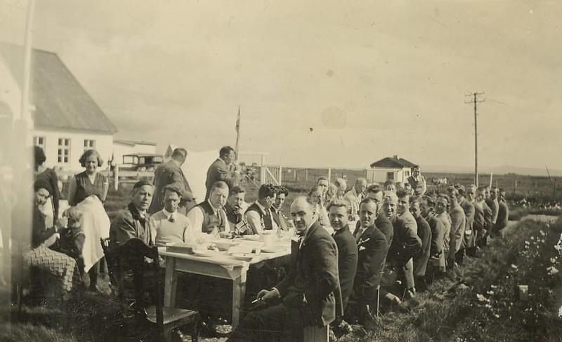 KFUM knattspyrnulið danskt og fylgdarlið 1933 í útiveislu hjá Flóabúinu.