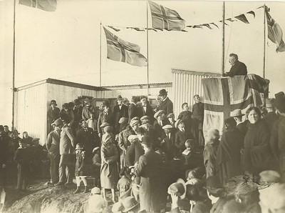 Axel V. Tuliníus í ræðustól við vígslu á sundskálanum í Örfirisey 1925.