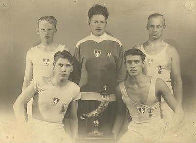 Róðrarlið Ármanns um 1935 Fremri röð frá vinstri: 1. Gunnar Þorleifsson 2. Erlendur Sigurðsson Efri röð: 1. Haraldur Sigurðsson 2. Jens