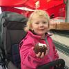 Agnes äter chokladbulle på Borås Marknad.