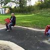 På lekplatsen med mormor och morfar.