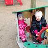 Agnes leker med granntjejen på lekplatsen.