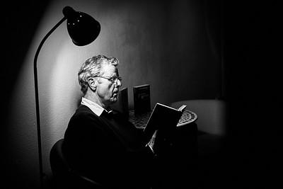 Der Autor Jean Willi liest aus seinem Roman »Ödipus im Hier und Heute« in der Bachletten-Buchhandlung, Basel.  Basel. Schweiz, Februar 2015.