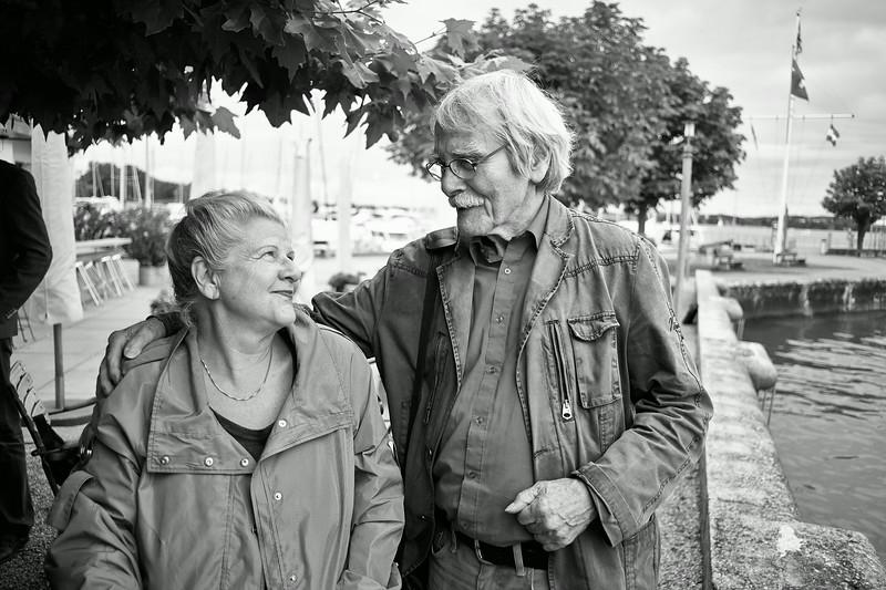 Brigitta Hochuli und Künstler Jürg Schoop in Bottighofen anlässlich Brigittas Verabschiedung als Redakteurin von Thurgaukultur.ch.  Bottighofen, Thurgau. Schweiz, Juli 2014.