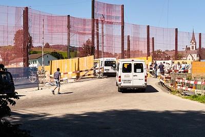 In Kleinbussen wurden die rund 1000 Interessenten  zu zwei Ausgangspunkten der Baustellenbegehung gefahren.