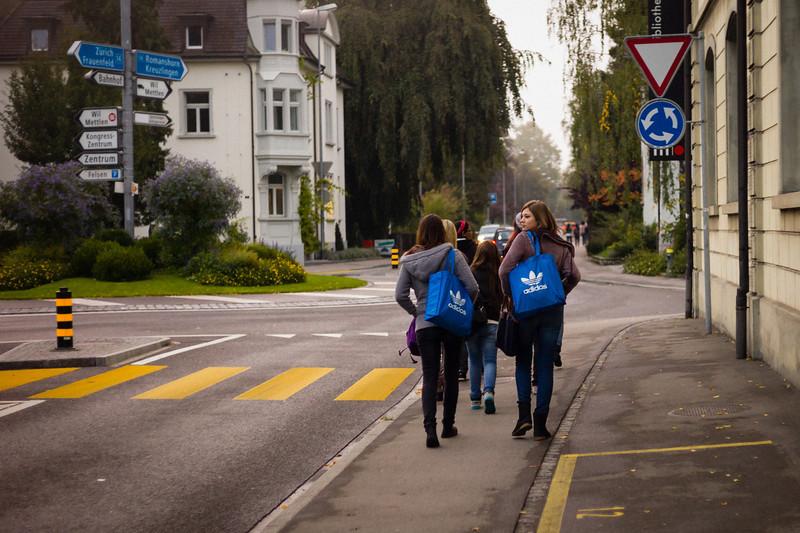 Blaupartnerlook.  Weinfelden, Oktober 2012.