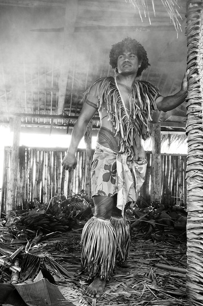"""Jeune Samoan préparant un """"umu"""" (cuisson traditionnelle d'aliments sur un sol recouvert de pierres brûlantes) à l'occasion des festivités de Teuila. Ile d'Upolu/Archipel des Samoa"""