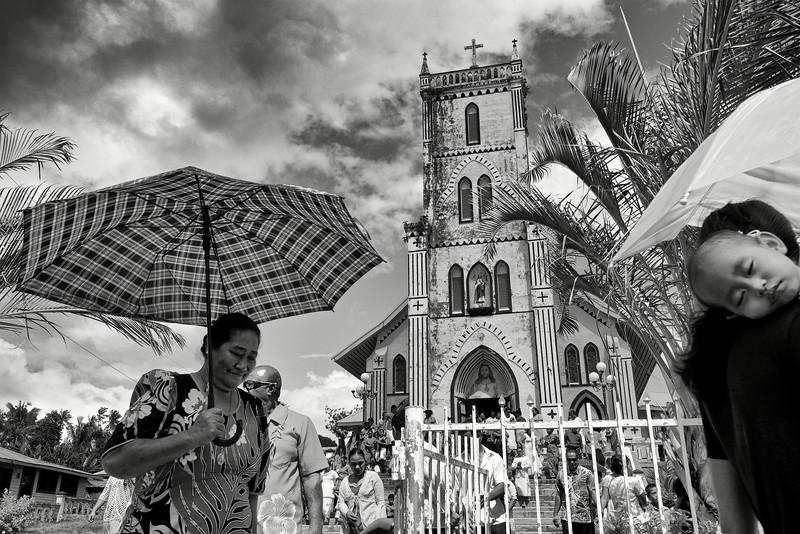 Fidèles sortant de l'église du Sacré Coeur de Falefa après la messe dominicale. Ile d'Upolu/Archipel des Samoa