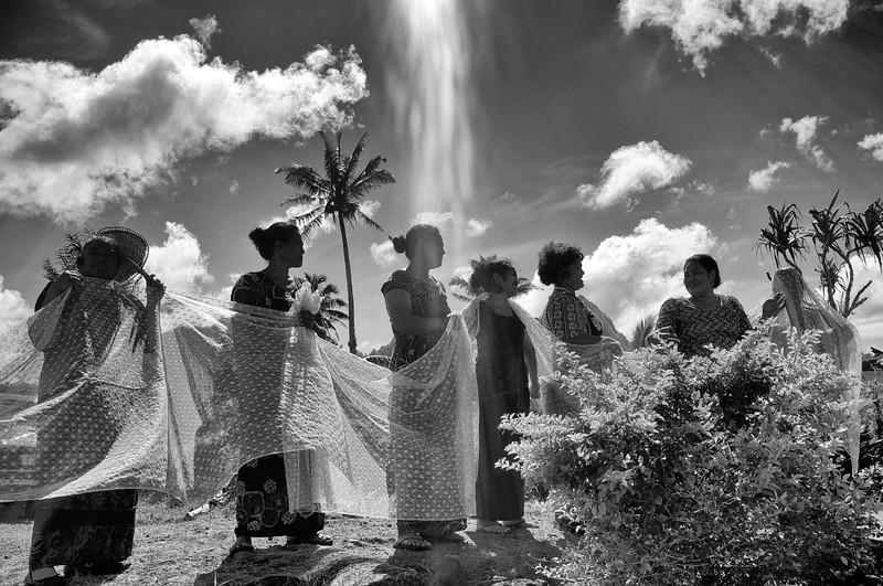 """Cortège de femmes participant à des funérailles dans une maison des environs de """"Le Mafa Pass"""". Ile d'Upolu/Archipel des Samoa"""