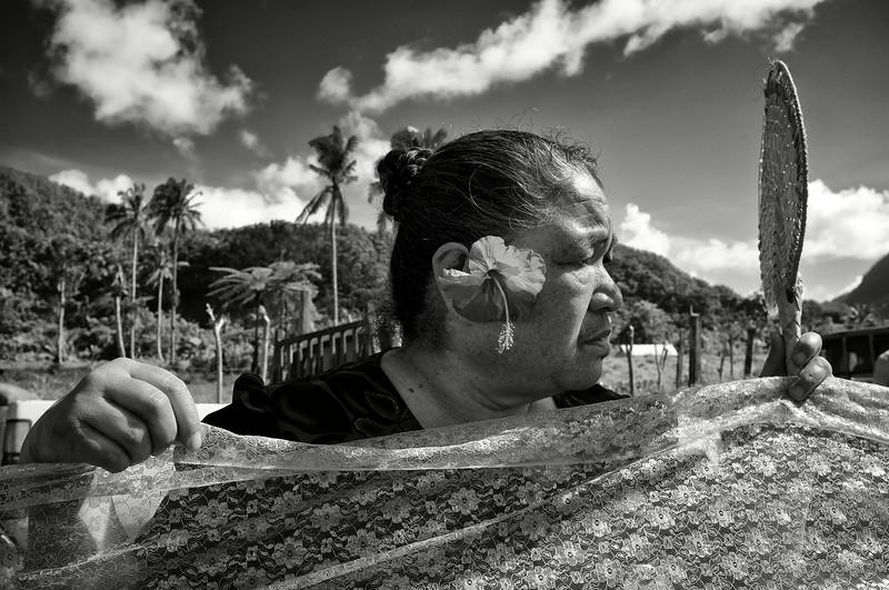 """Portrait d'une femme participant à des funérailles dans une maison des environs de """"Le Mafa Pass"""". Ile d'Upolu/Archipel des Samoa"""