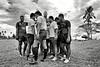 Joueurs d'une équipe de rugby regroupés pour un rituel d'avant match sur un terrain de la côte sud d'Upolu. Ile d'Upolu/Archipel des Samoa