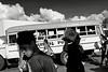 Des passagers et un vendeur ambulant devant un bus dans la gare routière d'Apia. Ile d'Upolu/Archipel des Samoa