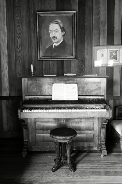 Portrait de Robert Louis Stevenson placé au dessus de son piano dans sa maison de Vailima. Ile d'Upolu/Archipel des Samoa