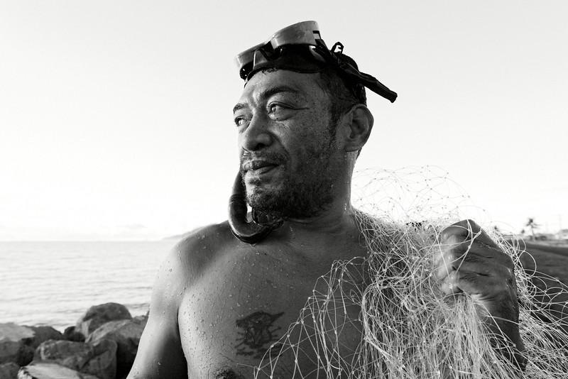 Un homme revenant d'une pêche matinale à Mutiatele. Ile d'Upolu/Archipel des Samoa