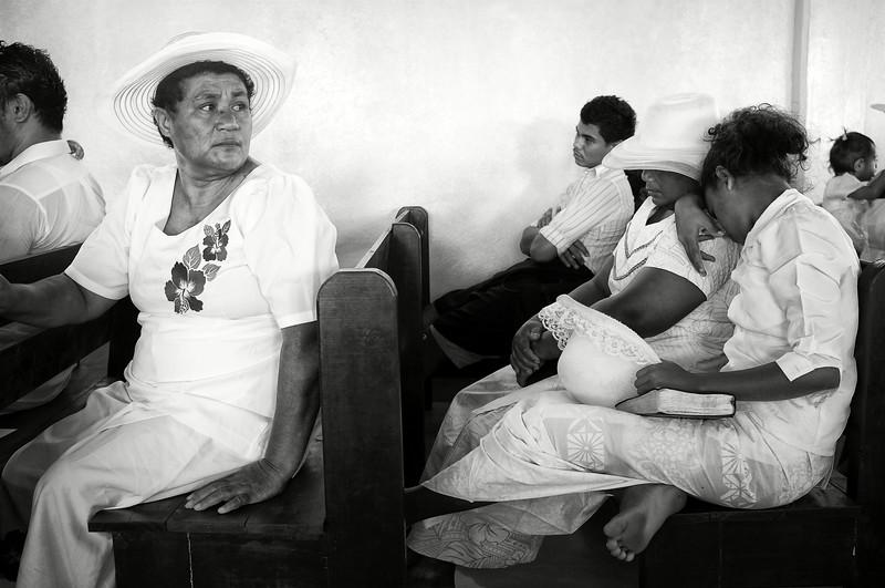 Fidèles assistant à la messe dominicale dans la petite église de Saanapu-uta. Ile d'Upolu/Archipel des Samoa
