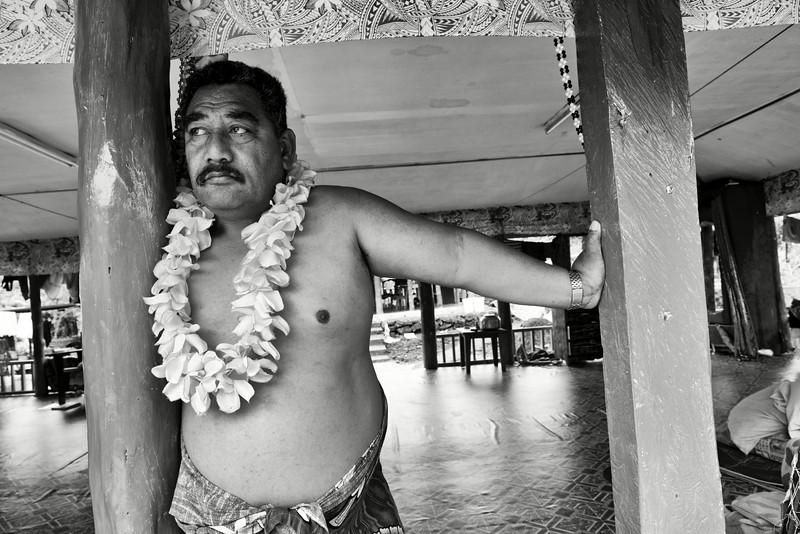 Portrait d'un émigré samoan revenu dans sa maison familiale d'Upolu pour les funérailles de son père (la veille). Ile d'Upolu/Archipel des Samoa/
