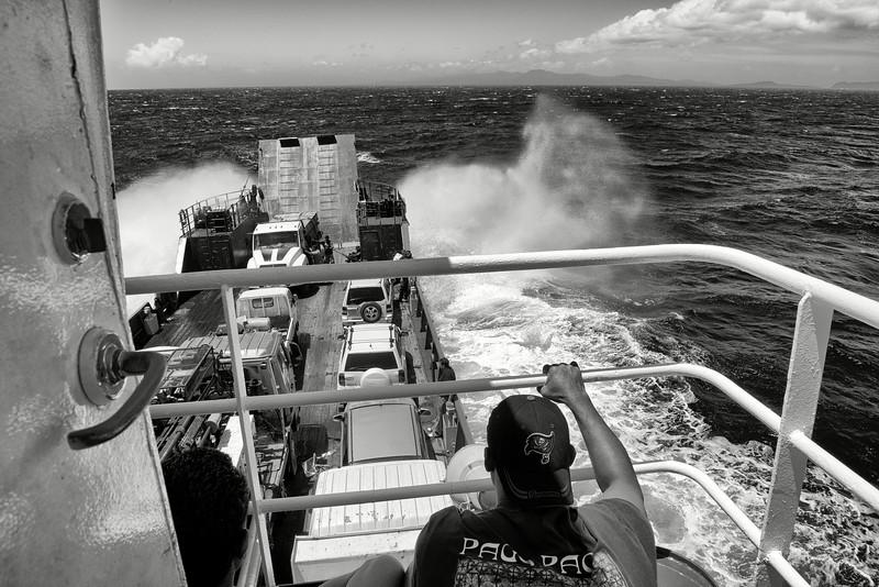 La barge reliant Upolu et Savaii dans une mer agitée. Archipel des Samoa