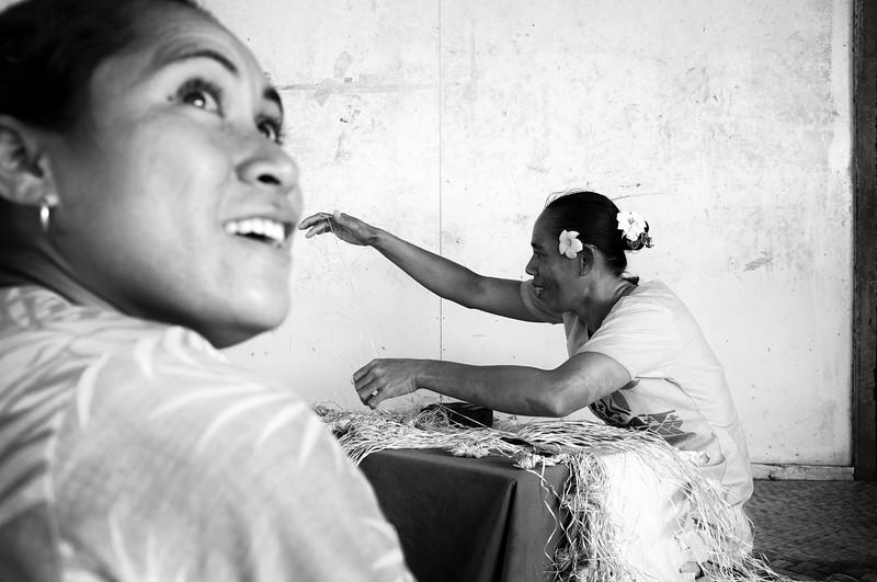 Femmes du village de Samalaeulu en train de tresser. Ile de Savaii/Archipel des Samoa