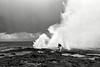 """Vieil homme s'écartant d'un des """"blowholes"""" (trou du souffleur) d'Alofaaga. Ile de Savaii/Archipel des Samoa"""