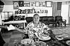 Tino Tulai, l'un des chefs du village de Falefa, se faisant servir son repas dominical. Ile d'Upolu/Archipel des Samoa