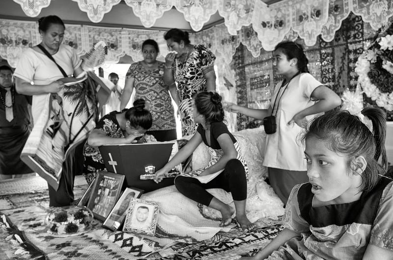 """Membres d'une famille venus se recueillir autour du cercueil d'un défunt dans une maison des environs de """"Le Mafa Pass"""". Ile d'Upolu/Archipel des Samoa"""
