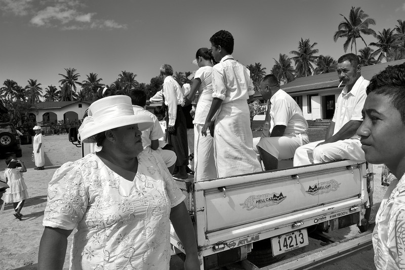 Fidèles sortant de la messe dominicale dans la petite église de Saanapu-uta. Ile d'Upolu/Archipel des Samoa