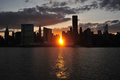 MANHATTANHENGE  /     The  Sun  Sets  On  East  River