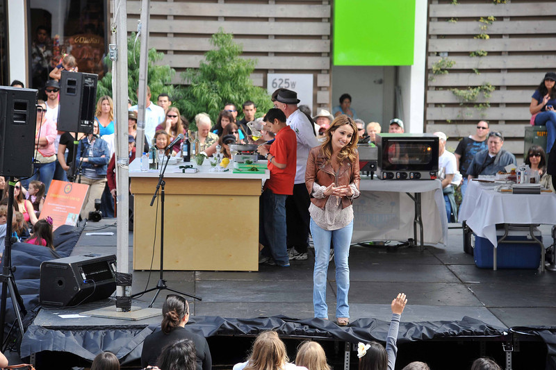 Giada on Stage with Children
