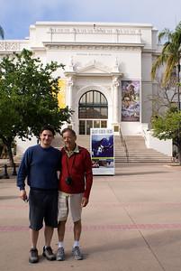 Pai e filho em frente ao museu