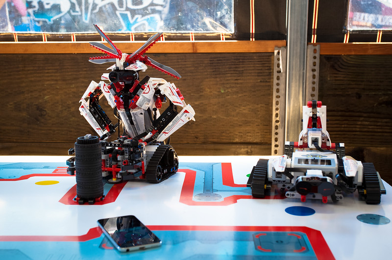 "Lego Mindstorms robot competition<br /> <br />  <a href=""http://www.fastcompany.com/3016621/fast-feed/facebook-pandora-flickr-autodesk-go-head-to-head-in-legos-robot-building-competiti"">http://www.fastcompany.com/3016621/fast-feed/facebook-pandora-flickr-autodesk-go-head-to-head-in-legos-robot-building-competiti</a>"