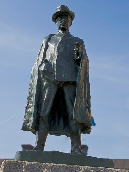 The statue of the artist Axel Sjöberg ( 1866-1950) is made by Carl Eldh (1873-1954) .