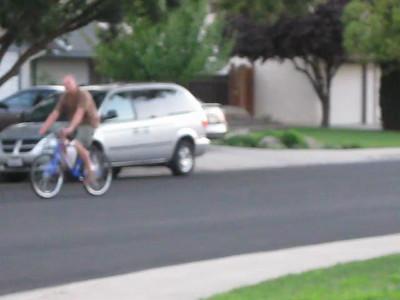 2010/09/22 >> Sandy chases Steve on a bike