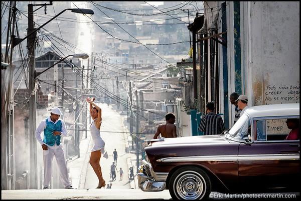 CUBA. SANTIAGO DE CUBA. YANECK REVILLA, ANCIEN CHAMPION DU MONDE DE SALSA (ET PLUSIEURS FOIS ÉLU MEILLEUR DANSEUR DE DANSE DE CASINO DE CUBA) ESQUISSE, AVEC SA PARTENAIRE KARELIA, UN PAS DE SALSA CUBAINE DANS UNE RUE DU QUARTIER TIVOLI ( DEVANT SON ECOLE DE DANSE)