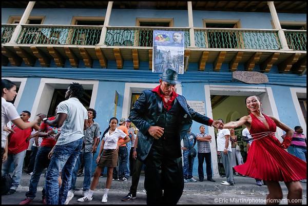 CUBA. SANTIAGO DE CUBA. CALLE HEREDIA DEVANT LA CASA DE LA TROVA. LE WEEK-END LA CIRCULATION EST INTERROMPUE POUR QUE LES DANSEURS INVESTISSENT LA CHAUSSÉE