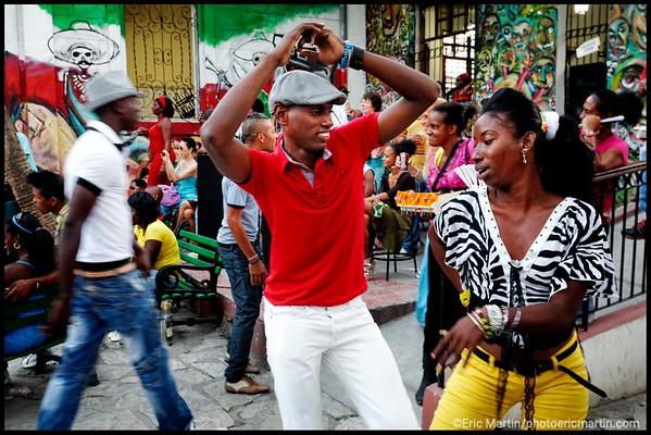 CUBA. SANTIAGO DE CUBA. Casa del Caribe où l on pratique la rumba guaguanco. Un jeu d'attraction-répulsion entre un homme et une femme.