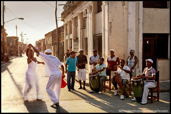 CUBA. SANTIAGO DE CUBA. Un couple danse une rumba guaguanco ( un jeu d'attraction-répulsion entre un homme et une femme)à